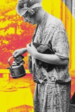 Vanha kuva, jossa nainen kaataa kahvia, mies istuu pöydässä.