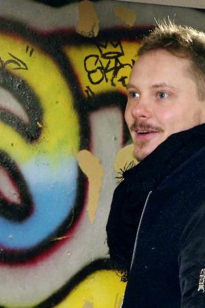 Jonne Aaron Lähiö - Reunalla -sarjan kuvauksissa Tesoman koululla.