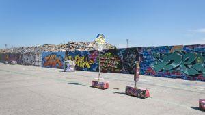 Kalasatama dokumentointi. Graffitiaita Sompasaaressa. Myös aidan edessä oleviin liikennemerkkeihin ja roska-astioihin on maalattu graffiteja.
