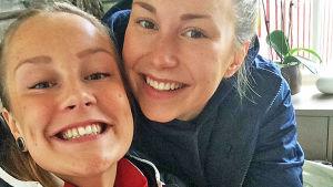 Petra och Carla Friman tar selfie