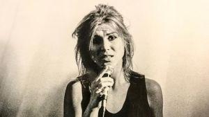 Svartvit bild av sjungande Josefin Nilsson.