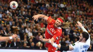 Mikkel Hansen avlossar ett fartfyllt skott med håret på ända.