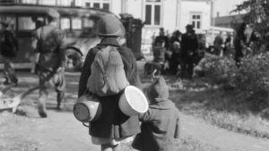Flyktingar på Jakimvaara station under fortsättningskriget.