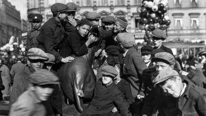 Poikia Havis Amandan patsaan reunalla vuonna 1920.