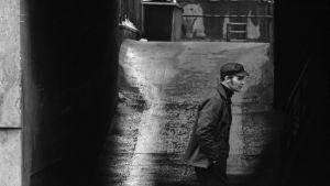 Mies kävelemässä Kalliossa 1970