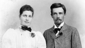 Thyra Peterson och Herman Lundborg under förlovningstiden. De träffas 1896 på Sofiahemmet i Stockholm, där hon arbetar som sjuksköterska och han gör sin läkarpraktik.