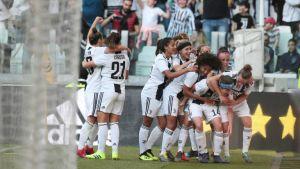 Målskytten Sofie Pedersen firas av sina lagkamrater.
