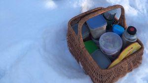 En picknickkorg ute i naturen.