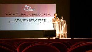 Maimouna jJagne-Soreau föreläser.