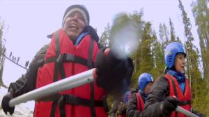 Elisabeth ränner längs forsen i Oulanka nationalpark.