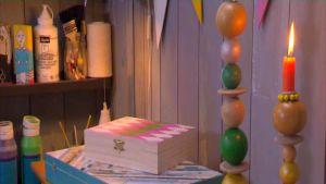 Camillas dekorerade träaskar.