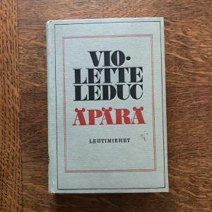 Puisen kirjoituspöydän päällä on kirja. Kirjan kannessa lukee Violette Leduc. Äpärä. Lehtimiehet.