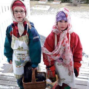 Påskhäxorna Simon och Hanna Wickman.