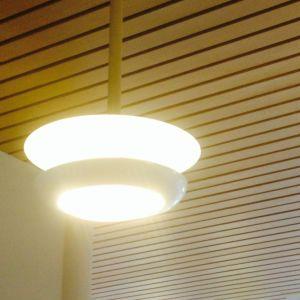 En designlampa hängre från taket.