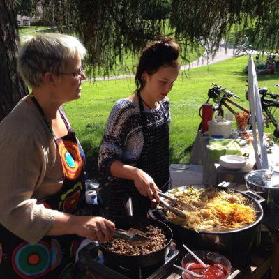 Melissa Arni-Hardén med sin dotter Aurora Hardén bjuder på koreansk mat på restaurangdagen i Sinebrychoffska parken i Helsingfors.