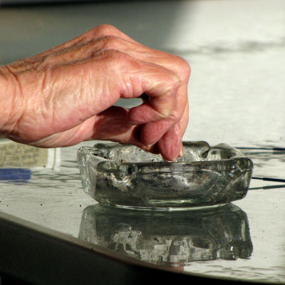 hand fimpar cigarrett i glasaskkopp