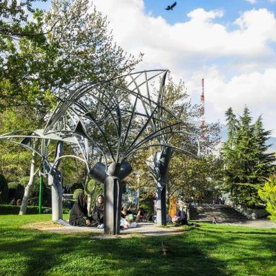 Eila Hiltunens skulptur Palmdungen i Teheran.