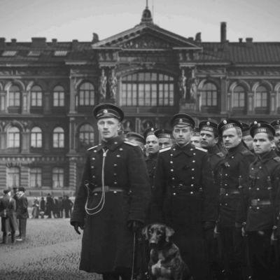 Ateneumin edessä joukko venäläisiä sotilaita Helsingissä 1917.