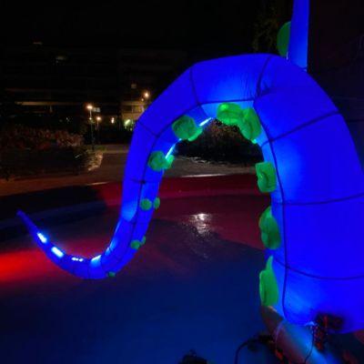 Kuva sinisestä valolonkerosta, joka on osa valotaideteosta.