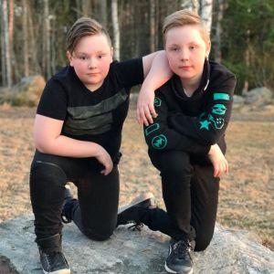 Oliver och Melvin poserar på en sten.