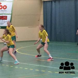 Unga damer spelar handboll. Sjundeå IF:s B-flickor mötte Dicken och Sjundeå vann.