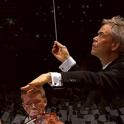 Ylikapellimestari Hannu Lintu Radion sinfoniaorkesterin konsertissa Helsingin Musiikkitalossa 21.4.2016.