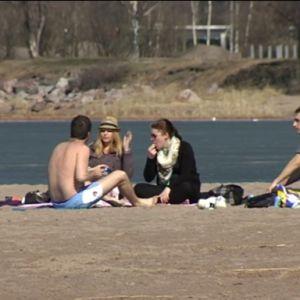 Ungdomar på stranden