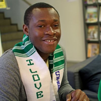 Ahmed Kamára har tagit studenten i Finland efter att ha varit barnsoldat i Sierra Leone.