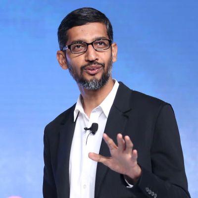 Googles vd Sundar Pichain står med Google-logo i bakgrunden