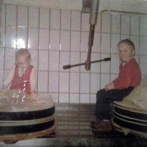 Peter ja Walter Dörig kotijuustolassa Leuteneggissä.