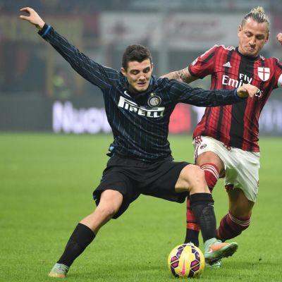 Interin Mateo Kovacic (vas.) ja AC Milanin Philippe Mexes (oik.) kaksinkamppailutilanteessa.