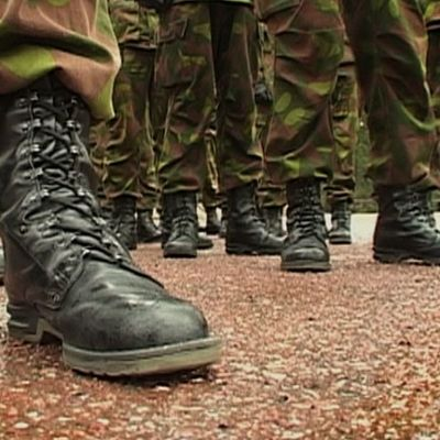 sotilaita maastojalkineissa