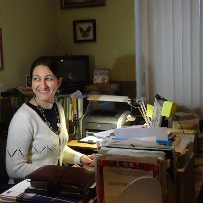 Juristijärjestön johtaja Galina Arapova työpöytänsä ääressä.