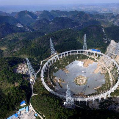 Kiinan 16. helmikuuta julkaisema kuva Guizhoun maakuntaan rakennettavasta jättiläisteleskoopista.