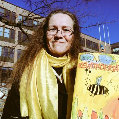 Liisa Vasamies on erityisopettaja ja Kevätpörriäisen pitkäaikainen päätoimittaja.