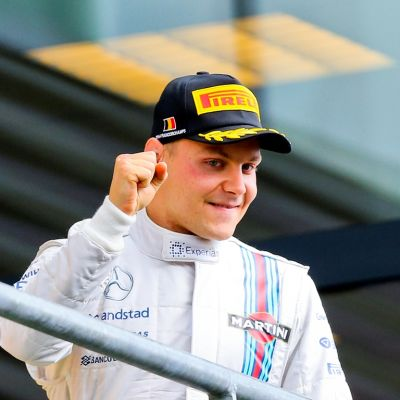 F1-kuski Valtteri Bottas tuulettaa.