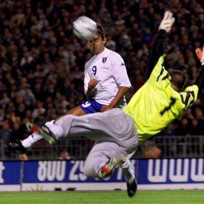 Italian Filippo Inzaghi puskee pallon ohi Unkarin Gábor Királyn.