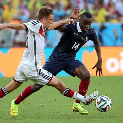 Saksan Philipp Lahm taklaa Ranskan Blaise Matuidia.