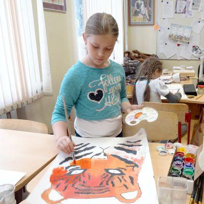 tyttö maalaa tiikeriä luokassa