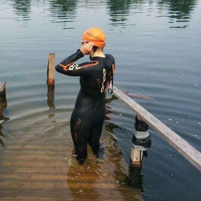 Seinäjokelainen triathlonisti Niina Mäenpää lähdössä aamu-uinnille.