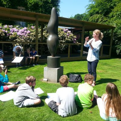 Esbergin ala-asteen oppilaita taidekasvatusluennolla Tanskassa sijaitsevan modernin taiteen museo Louisianan puutarhassa.