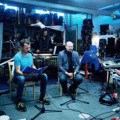 Kuunnelma 'Parian' harjoitus - kuvassa vasemmalta lukien Tobias Zilliacus, Teho Majamäki, Hannu-Pekka Björkman ja Juhana von Bagh.