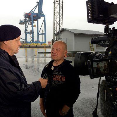 Risto Degerman haastattelee Oulun sataman työntekijöiden pääluottamusmies Pauli Kerästä