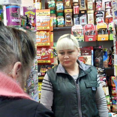 Zhanna pienessä ruokakauppassaan.
