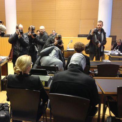 Kuva oikeussalista ennen istuntoa.