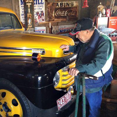 vanha mies ja vanha auto vajassa