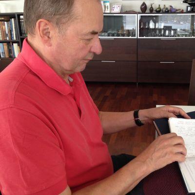 Iiro Viinanen kotonaan muistikirjan ääressä.