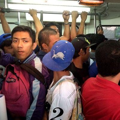 ihmisiä seisoo metrossa kylki kyljessä
