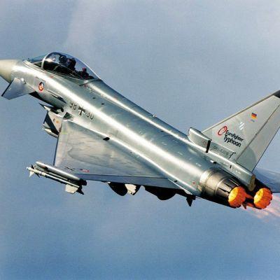 Päiväämätön kuva Eurofighter-hävittäjästä testilennolla.
