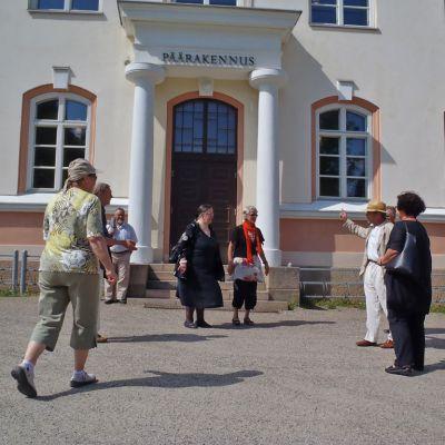 Vuonna 1969 valmistuneita opettajia Kajaanin seminaarin päärakennuksen pihalla.